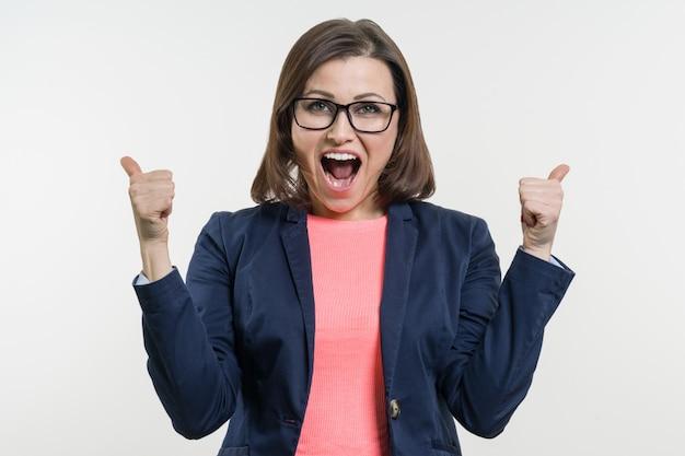 Portrait de femme d'affaires mature heureuse avec le pouce en l'air.