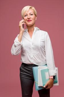 Portrait de femme d'affaires moderne debout