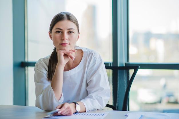 Portrait d'une femme d'affaires moderne