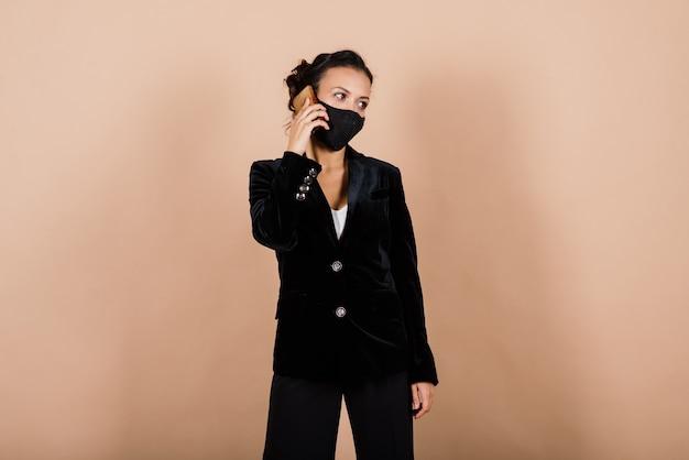 Portrait de femme d'affaires noire portant un masque facial pendant l'épidémie de virus