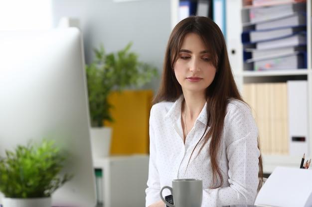 Portrait de femme d'affaires parfaite en détournant les yeux avec calme
