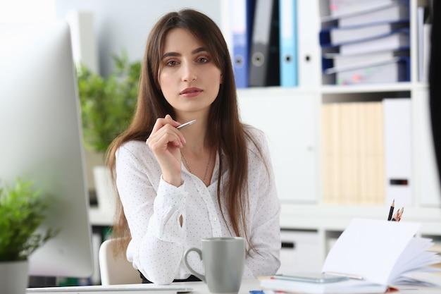 Portrait d'une femme d'affaires parfaite écrivant une estimation pour les clients