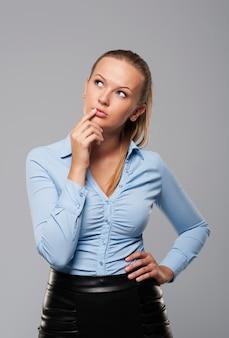 Portrait de femme d'affaires pensive et belle