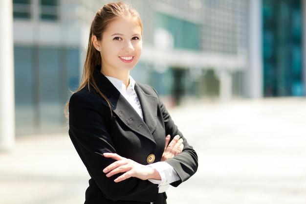 Portrait de femme d'affaires en plein air