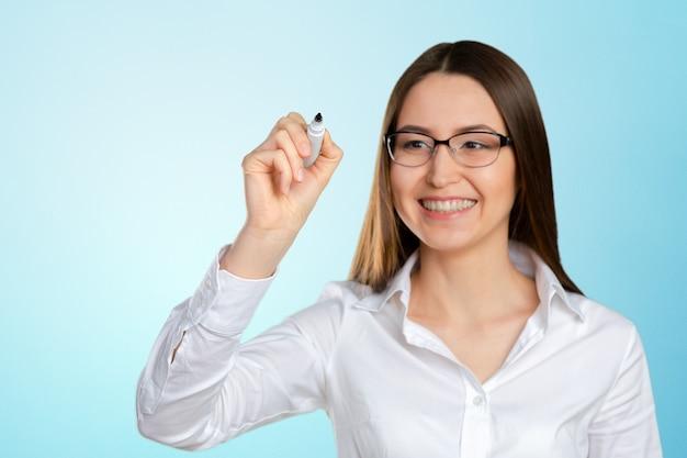Portrait de femme d'affaires pointant sur un écran flottant
