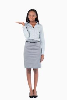 Portrait d'une femme d'affaires présentant quelque chose