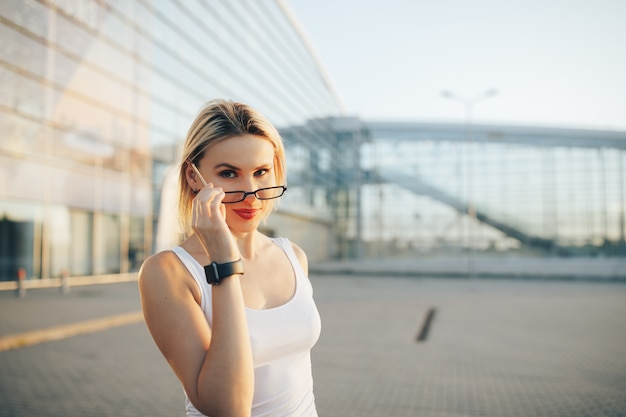 Portrait d'une femme d'affaires professionnelle dans des verres en plein air