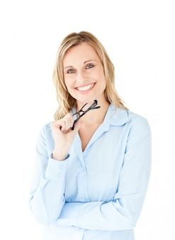 Portrait d'une femme d'affaires réussie tenant des lunettes