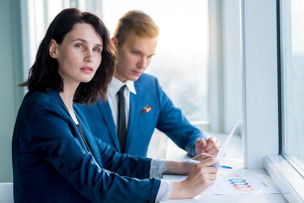 Portrait, de, a, femme affaires, séance bureau