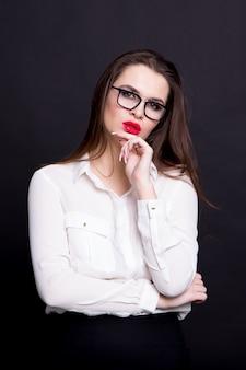 Portrait d'une femme d'affaires sexy sur un fond noir