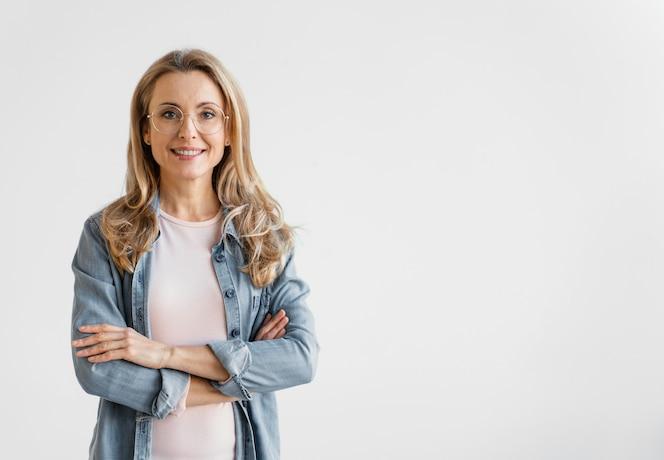 Portrait de femme d'affaires smiley avec espace copie