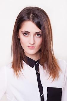 Portrait de femme d'affaires souriant, jeune mannequin.