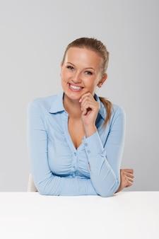 Portrait de femme d'affaires souriante et candide