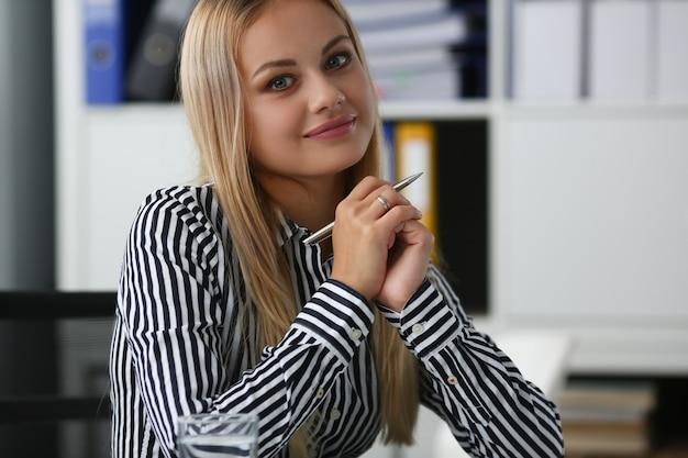 Portrait de femme d'affaires souriante