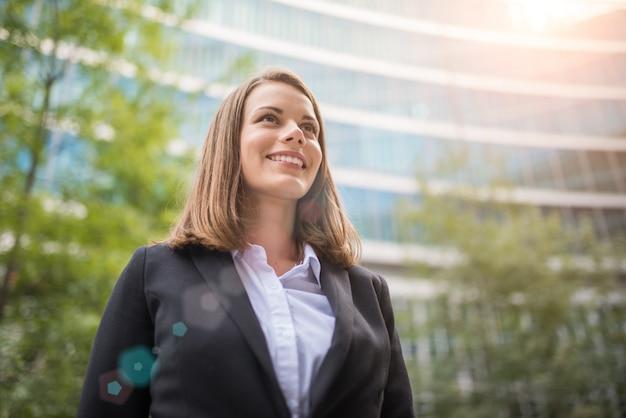 Portrait d'une femme d'affaires souriante
