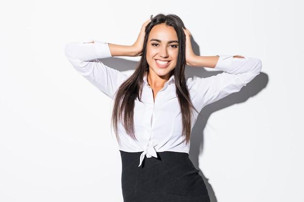 Portrait de femme d'affaires sourire excité surpris tenir la main sur la tête sur blanc