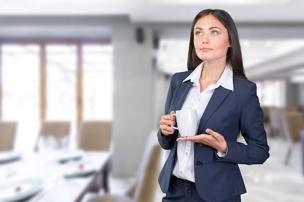 Portrait de femme d'affaires avec une tasse
