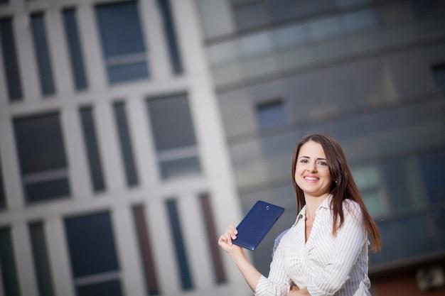 Portrait d'une femme d'affaires tenant une tablette