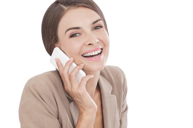 Portrait femme d'affaires travaillant sur ordinateur portable