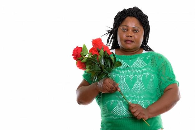 Portrait de femme africaine tenant des fleurs