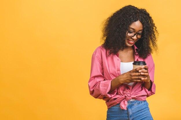 Portrait de femme afro-américaine, boire du café