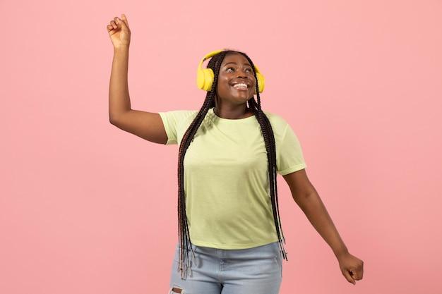 Portrait d'une femme afro-américaine expressive, écoutant de la musique