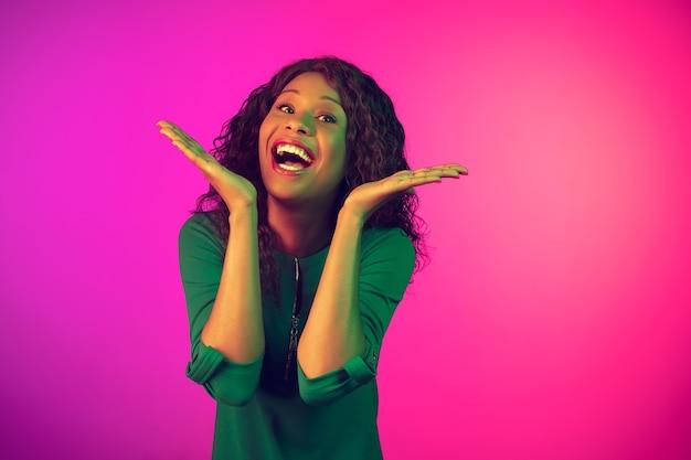 Portrait de femme afro-américaine sur fond rose en néon