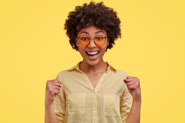 Portrait de femme afro-américaine posant