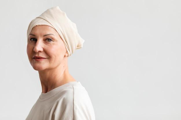 Portrait d'une femme d'âge moyen atteinte d'un cancer de la peau
