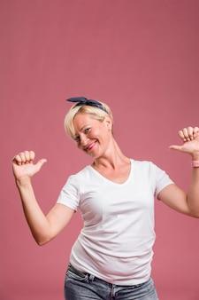Portrait d'une femme d'âge moyen dans la pose de célébration