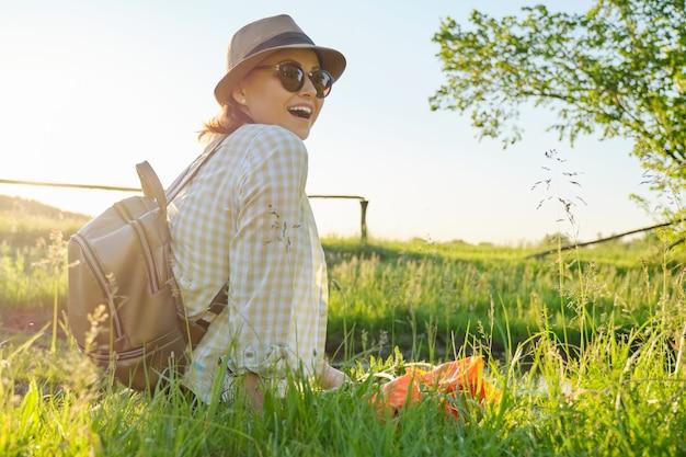 Portrait de femme d'âge moyen se détendre dans la nature, style rustique