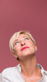 Portrait d'une femme d'âge moyen sympathique