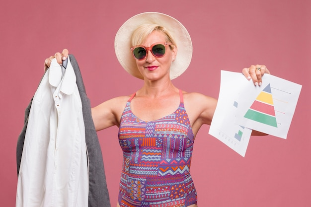 Portrait d'une femme d'âge moyen va en vacances d'été