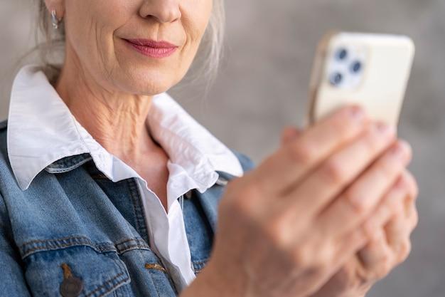 Portrait de femme âgée à l'aide de smartphone