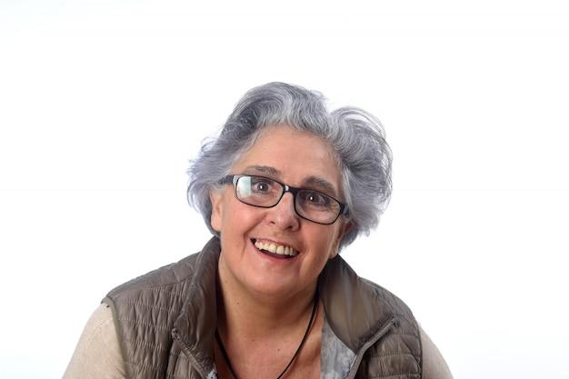 Portrait d'une femme âgée sur blanc