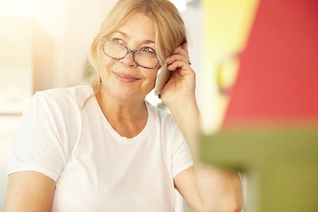 Portrait de femme âgée blonde