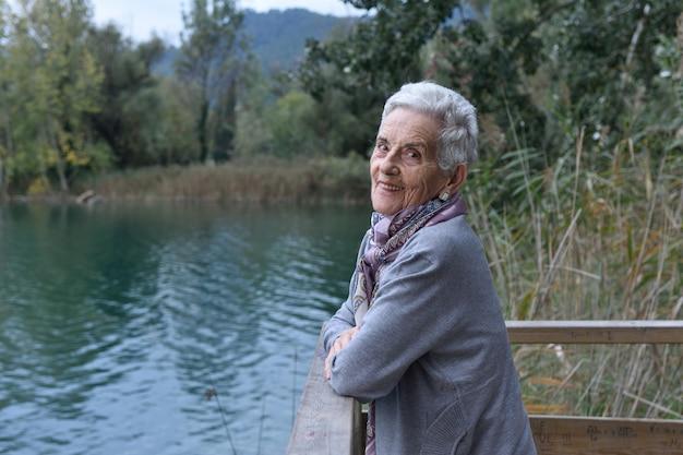 Portrait d'une femme âgée à l'extérieur,