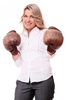 Portrait de femme âgée heureuse avec des gants de boxe