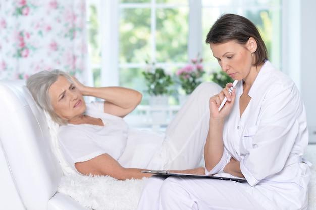 Portrait de femme âgée à l'hôpital avec un médecin attentionné