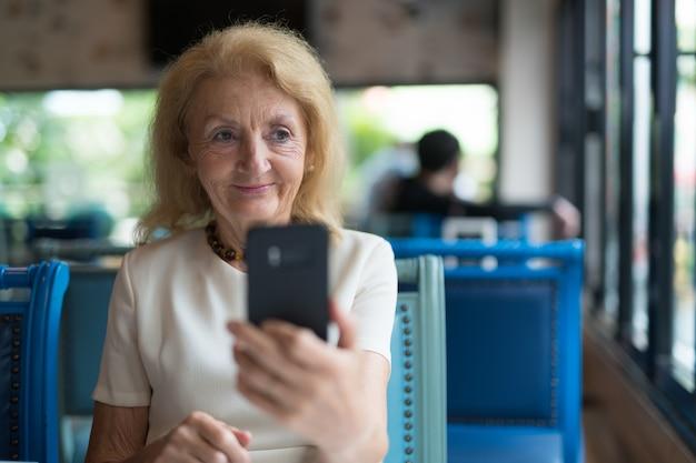 Portrait de femme âgée senior à l'aide de téléphone portable