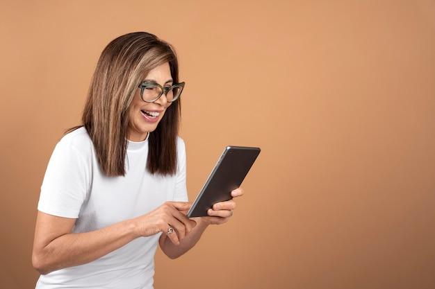 Portrait de femme âgée tenant une tablette
