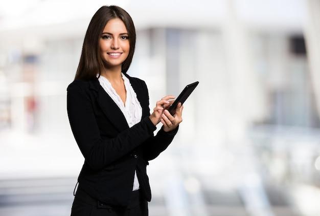 Portrait d'une femme à l'aide d'une tablette