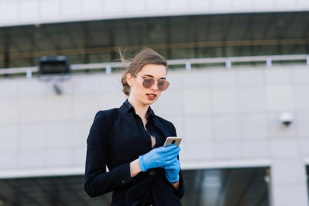 Portrait d'une femme à l'aide d'un téléphone portable, club-house