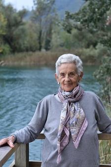 Portrait, femme aînée, dehors