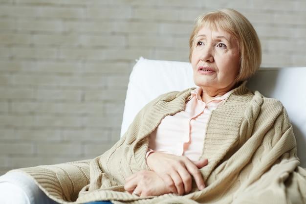 Portrait, femme aînée, divan