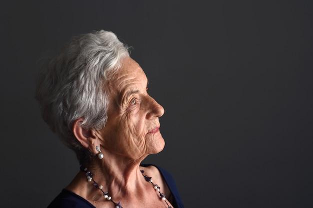 Portrait, femme aînée, gris