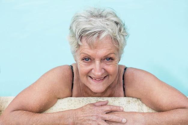 Portrait, de, femme aînée, s'appuyer, bord piscine