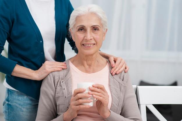 Portrait, femme aînée, sourire