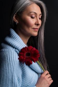 Portrait femme aînée, tenue, fleur