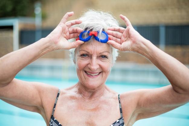 Portrait, de, femme aînée, tenue, lunettes natation